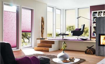 Lila und beige Plissees mit Klebeleistensystem an Wohnzimmerfenstern