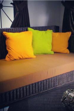Bunte Kissen auf einem Sofa