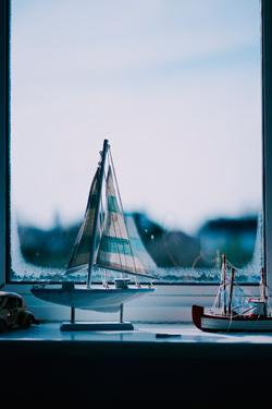 Fenster mit Modelschiff