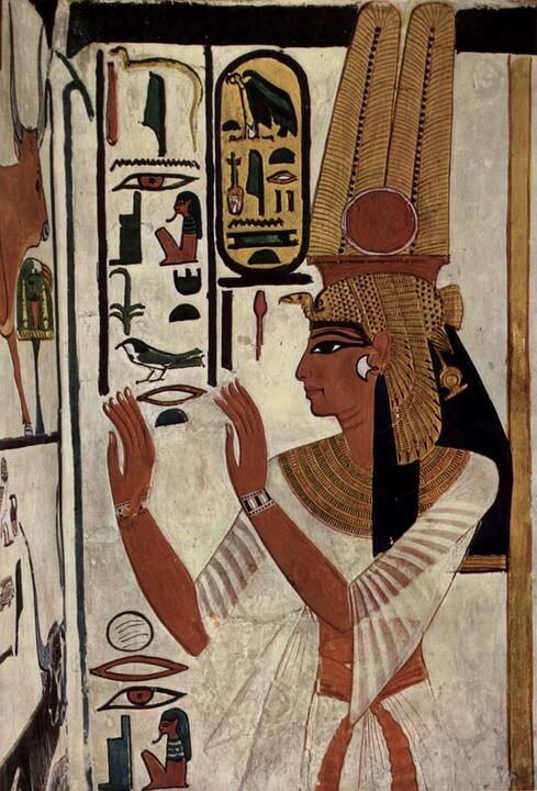 Aegyptische Malerei auf Stein mit plissierten Aermeln