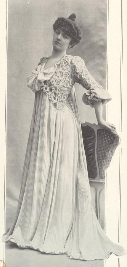 Edle Dame mit bodenlangem Plisseekleid