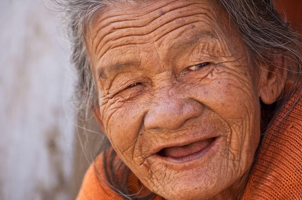 Laechelnde, alte Frau mit Falten