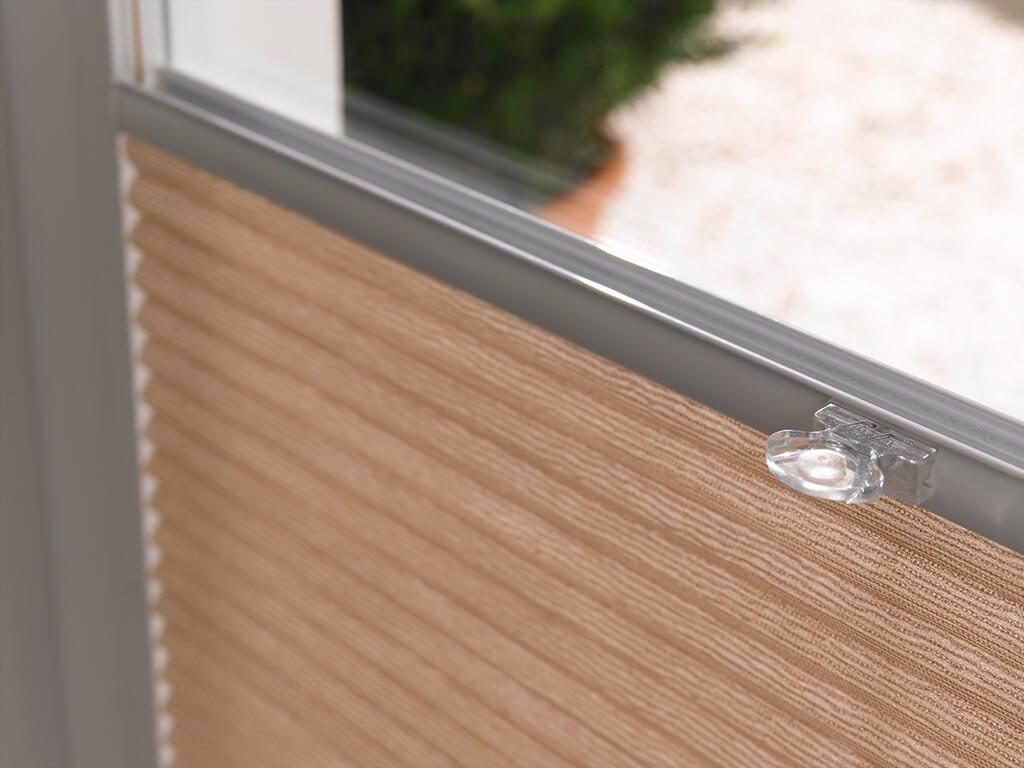 Plisseeanlage am Fenster in Beige