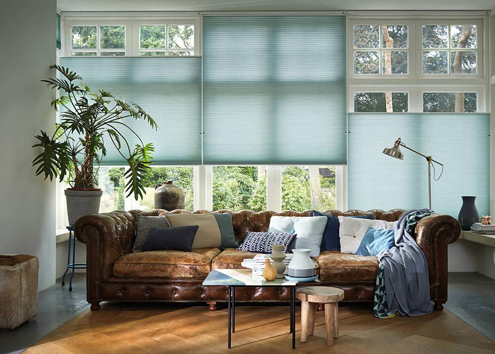Plissee in Blau im Wohnzimmer