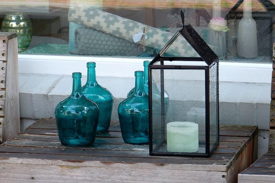 Shabby Chic mungeblasenes Glas in blau auf Holzpalette