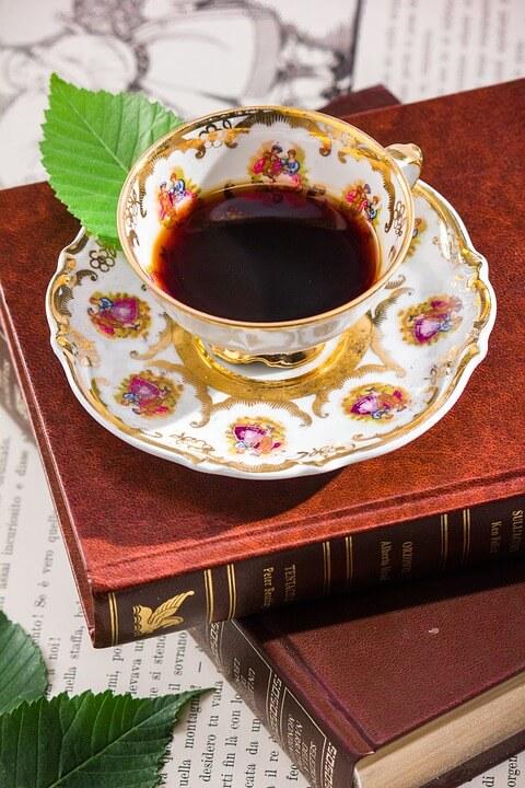 Shabby Chic alte Buecher mit Kaffeetasse in Porzellan