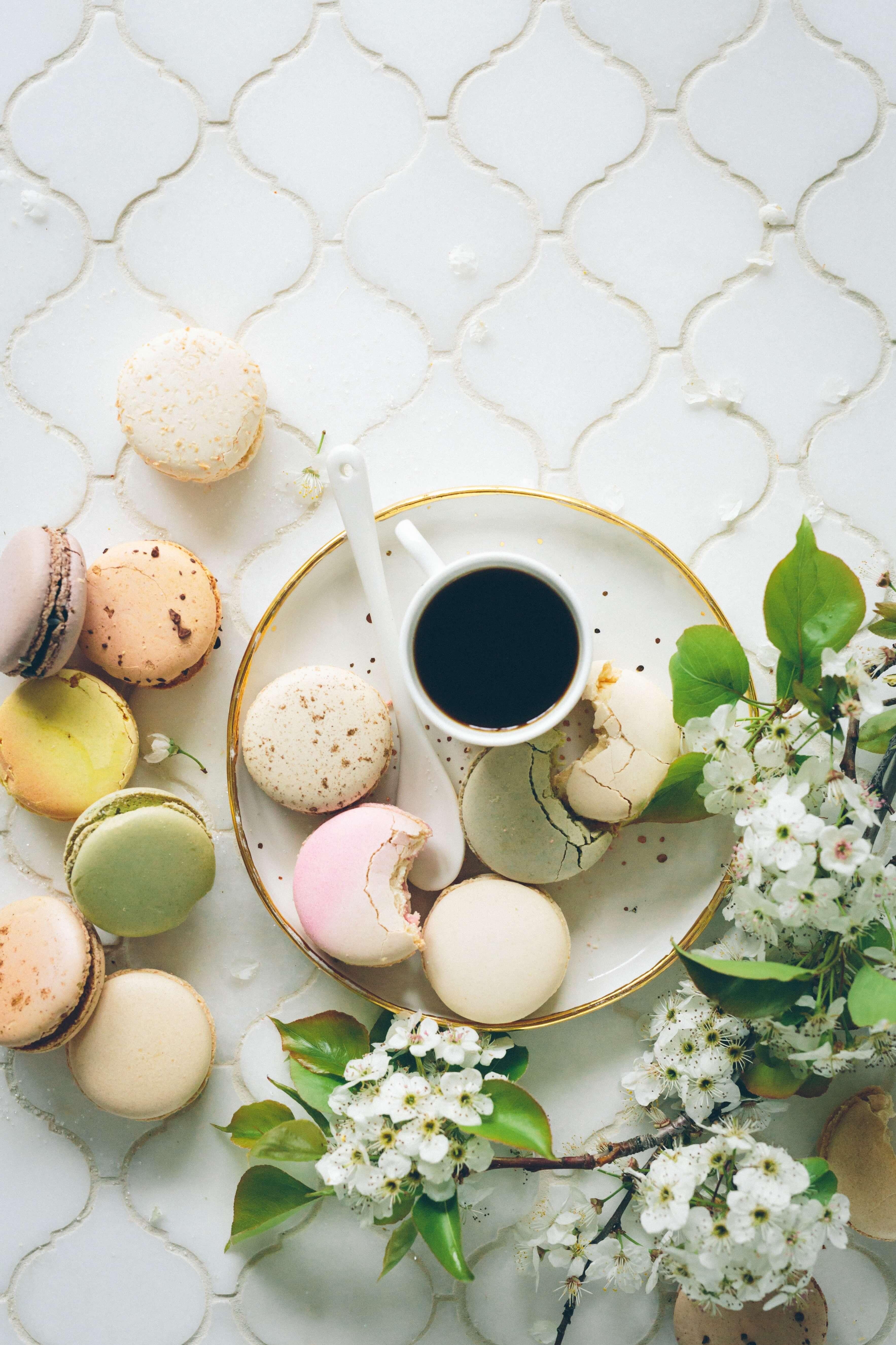 Shabby Chic Macarons in Pastellfarben auf Porzellan