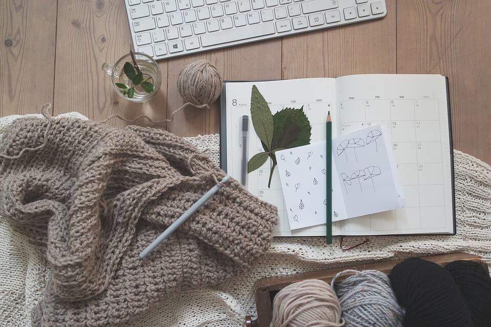 Shabby Chic Holzplatte mit Stricksachen und Notizbuch