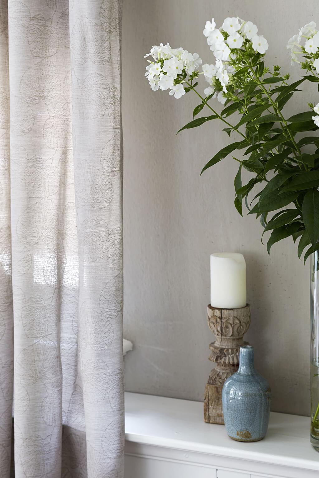 Shabby Chic Vorhang in grau mit Blumen und Kerze