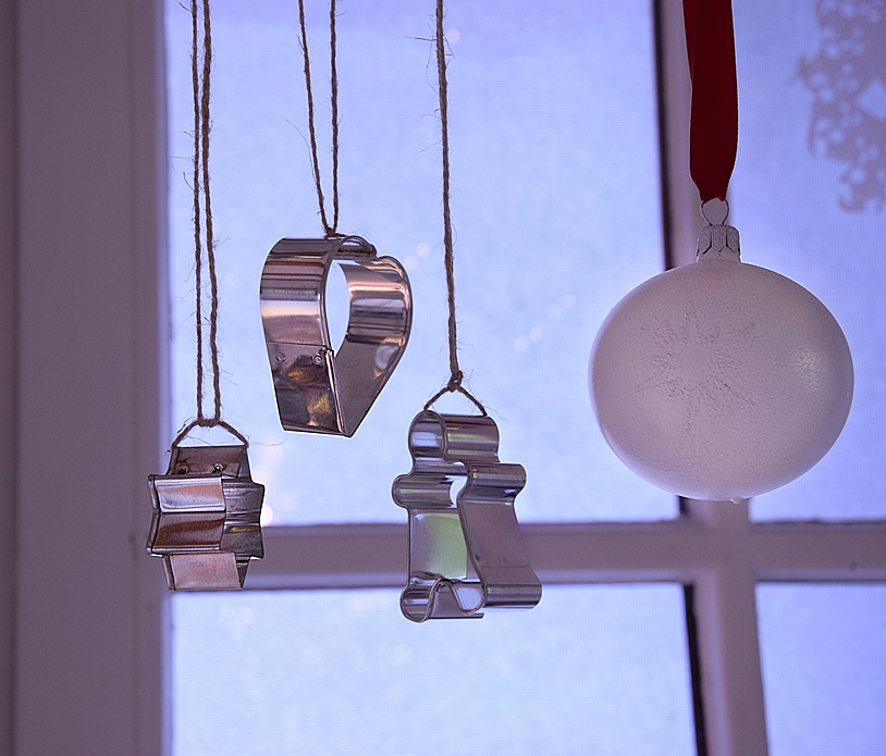 Diy weihnachtliche fensterdeko for Fensterdeko selber machen