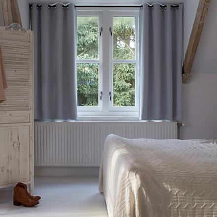 Weiße Gardine Mit Ösen Im Schlafzimmer