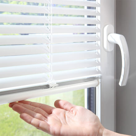 Fenster Jalousien Innen Fensterrahmen.Einbaujalousien Passgenau Für Ihr Fenster Jetzt Beraten Lassen