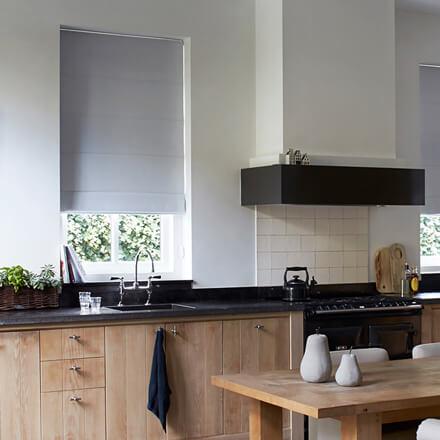 Raffrollo Küche – passende Raffgardinen für die Küche