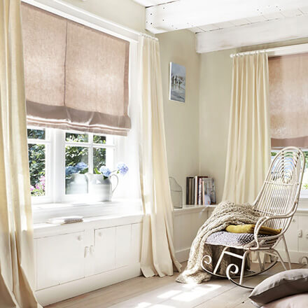 Raffrollo Wohnzimmer – passende Raffgardinen für das Wohnzimmer